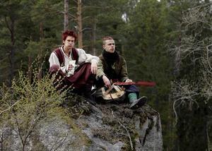 Sagolik matpaus. De rollspelsklädda Johan Karlsson och Johan Gärdebo tar en matpaus från lajvet Eleria - ett lajv med 1600 människor i skogarna utanför Rönnby.