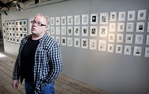 Markku Miettinen framför en av väggarna med grafik, skapat av skolelever i trakten. På lördag sker vernissagen som en del i Ahlbäcksdagarna.