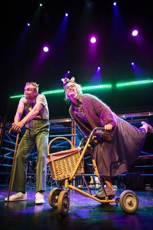 Patrik Zackrisson och Therese Blomstrand bidrar med pensionärsnärvaro i ett av de mer mångbottnade numren.