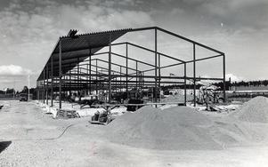 Bäckby industriområde börjar ta fart. Hans Mellinger är den drivande vid den fortsatta utbyggnaden av Bäckby. Denna lokal byggs i närheten av hans bilfirma, stod det i vlt i juni 1988.
