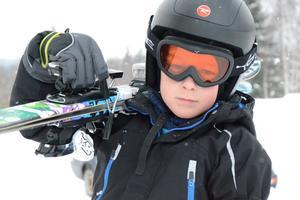 Äntligen skidvinter. Det tycker Neo Kanedal, 7 år. Han har längtat efter vintern och snön så han kan ta fram slalomskidorna. Nu är han på väg mot skidliften för årets första utförsåk.