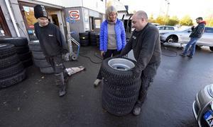 Henrik Costell konstaterar att Birgitta Ljungkvists däck ser bra ut och borde fungera bra ytterligare en vinter.