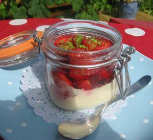 Ljuvlig hemmagjord vaniljpannacotta med fläder- och limemarinerade jordgubbar.