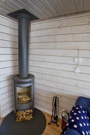 Vardagsrummet. Braskaminen höjer mysfaktorn och värmer stugan på höst och vinter.