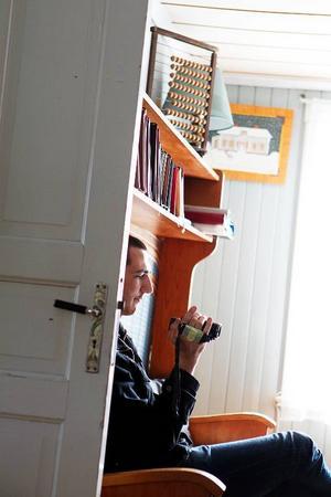 Johan Fogelström sitter under gästböckerna där alla som vågat övernatta får dela med sig av sina upplevelser.
