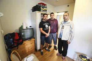 Hazem Kehllo, Stepan Tririan. och Mohamed Haki Jato visar var de bor medan de väntar på besked om uppehållstillstånd.