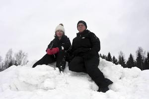 Åsa och Emelie Berglund fanns i en stor snöhög vid Bobergsstugan.