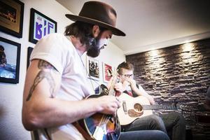 Adam Hestner spelar gitarr och sjunger. Ibland tar han upp munspelet också.