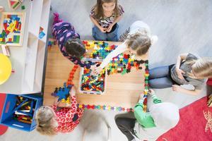 I måndags öppnades nya Skönsmons förskola som består av fem avdelningar. Femårsgruppen trivs bra i de nya lokalerna och extra glada är det över alla nya leksaker. I höst kommer ännu fler barn hit och totalt kommer man kunna ta emot kring 150 barn.
