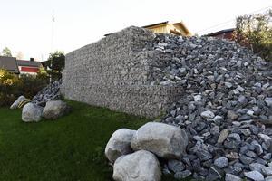 Utemiljön är ett projekt för nästa år. Muren ska täckas av klättrande vildvin.