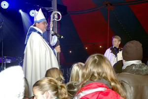 Biskop med humor. Biskop Thomas Söderberg lockade ungdomarna till skratt, men inte desto mindre var orden menade för eftertanke.