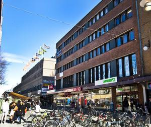 Fastigheter för fem miljarder, däribland det här huset på Drottninggatan i Gävle, berörs av en konkurs för danska Kefren Properties.