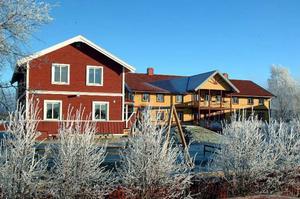Erskes i Fanbyn. Byggnaden närmast kameran är den numera kommunala förskolan på gården.Foto: Ingvar Ericsson
