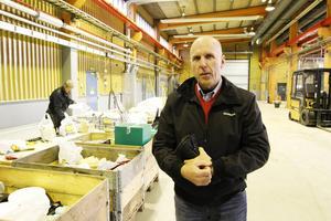 """Kalle Bäckvall i det som inom kort är lagret för Offerdals nya bygghandel. """"Man ska köra in här och få en pollett så att portarna öppnar när man ska ut""""."""