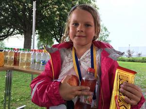 Jackie Alexendersen visste inte riktigt hur lång sträcka hon tillryggalagt. Men medalj, dryck och kexchoklad funkar för alla efter ett lopp.