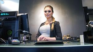 Vikarierande butikschefen Sandra  Linné har jobbat i sminkbutiken i snart två år.