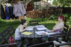 Stavriana Daouti besöker Anita Johnson för att plugga ute på den sköna gården.