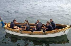 Några av besättningen ror en valbåt.