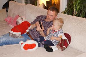 Ellen och hennes farbror tittar på något spännande i mobilen