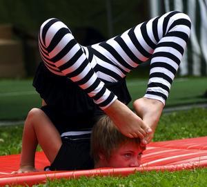 Wow. Emma Bäckman är en av barnen i Dala Flodas cirkusskola, och bjöd på otroliga konster. – Jag tränar mest cykling och akrobatik, berättar nioåringen efter föreställningen.