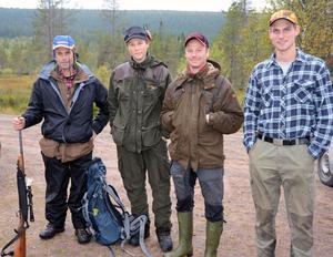 Jaktledaren Lasse Sivertsen här tillsammans med ungdomarna Sebastian Sivertsen, Daniel Olsson och Emil Knuts i Vålbrändans jaktlag.