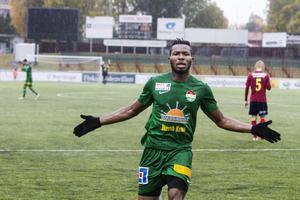 Dalkurds Michael Omoh firar efter att ha gjort matchens enda mål mot Selånger.