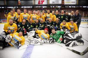 ÖP All Stars och ÖIK Legendarer samlade efter matchen.