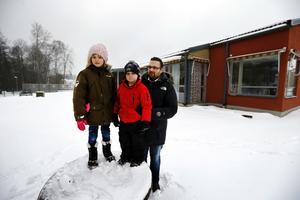 Staffan Tjörnhammar och hans barn Katarina och Sighsten tycker att kommunen bör tänka om. – Det blir dyrare för samhället om inga barnfamiljer vill flytta hit.