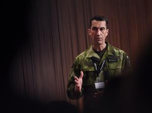 Överbefälhavare Micael Bydén talar vid Folk och Försvars rikskonferens i Sälen. Tillskillnad från tidigare år gjordes det i uniform. Det är en signal om vår tid.