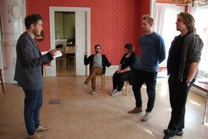 Ledaren Oscar Löfgren, till vänster, ger instruktioner till Matias Jonsson, Mona Andersson, Kalle Björk och Tobias Wallin.