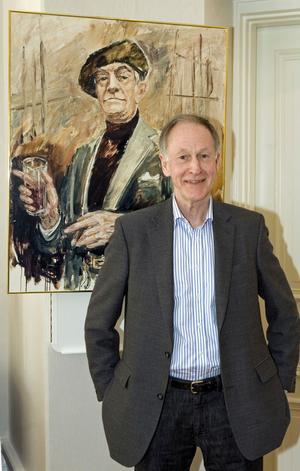 Författaren Claes Hylinger fyller 70 år. 2007 fick han Piratenpriset, på bilden står han framför ett porträtt av Fritiof Nilsson Piraten.