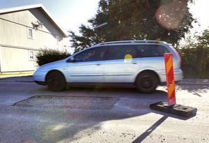 Det är rejäla utskärningar i asfalten på Köpmangatan i Delsbo.