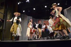 Dans och alkohol gör Mats yr i huvudet på Salomos gästabud.   Foto: CHARLOTTE LAUTMANN