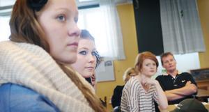 Elin Lundmark och Johanna Stark ledden av grupperna som diskuterade droger på Nytorpsskolan. I bakgrunden Hanna Lindberg och Patrik Ingemarsson.