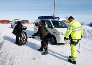 Yngve Olofsson och Mats Gustavsson från Krokoms kommun har fullt upp med att tina frusna rör. Egon Annsäter (i mitten) hjälper till när rören ska tinas med elström.