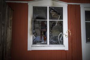 En lägenhet totalförstördes och en blev rökskadad.