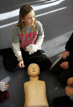 Med hjälp av övingsdockor får eleverna  lära sig göra mun till mun-andning.– Om man skadar sig i benet så ska man höja upp det för i benet har man onödigt mycket blod, säger Joachim Eriksson.