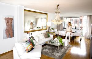 Ulrika trivs väldigt bra med vardagsrummet. Här blandar hon nytt med gammalt. Speciellt förtjust är hon i den stora spegeln som skapar ett djup i rummet.