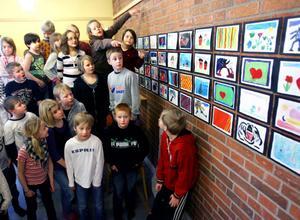 Skolmatsalen har blivit utställningslokal. Väggarna är fulla av färggranna konstverk. Snart ska de visas upp för föräldrar och vänner.