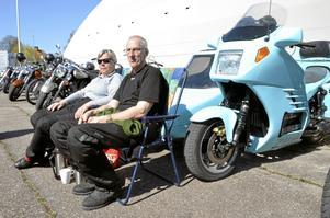 En BMW K100. Monica och Karl-Erik Ramström har åkt de sex milen från Kolbäck till Fellingsbro med sin turkosa motorcykel med sidovagn. Men Monica sitter sällan i sidovagnen, det får hunden göra i stället.