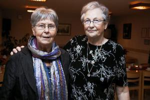 Svägerskorna Inger Stålberg och Kerstin Säll väver och bakar med mera inför varje Vännernas fest. De håller helt enkelt i trådarna.