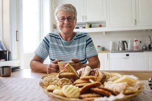 På kakfatet ligger det Helsingborgare, som är Kerstin Torgerssons favorit. Pärmjölskakor, som är sonens och mågens favorit. Marängsnittar, havrekakor, bruna bröd, jämtlandskaka, vanliga kanelbullar och kardemummaskorpor.
