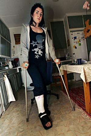Erika Eklund kunde inte stödja på benet efter att ha ramlat och ville få vristen undersökt, men hon fick inte tid på familjeläkarjouren  förrän nästa dag. Då visade röntgen att vadbenet var brutet.