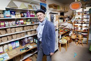 Gunnar Lundgren är nöjd, trots att de ekologiskt odlade livsmedlen bara uppgår till fyra procent av utbudet i mataffärerna.