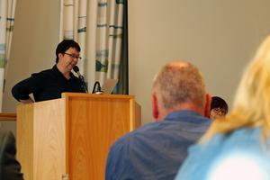 Johanna Ritvadotter från Vänsterpartiet i Sala står i talarstolen på kommunfullmäktige. Arkivfoto: Niklas Norén
