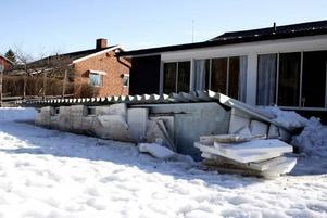 PANG OCH BRAK! Sandra Vildelöt och Lars Källgrens pool trycktes upp ur marken av det höga vattenflödet som forsade in över deras tomt på söndagen.