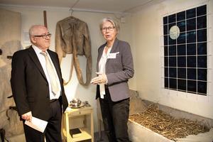 Olof Wennhall och Margarethe Bylander från föreningen Medicinhistoriska Sällskapet Westmannia var på plats när Vårdmuseet invigdes under tisdagseftermiddagen. Den här miljön är hämtad från gamla tiders psykvård.