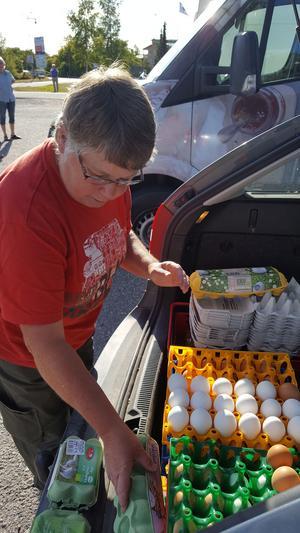 Britt Lundberg driver gårdsbutiken Lundbergs Grönt och Gott i Köping och hon kom med bilen full av ägg och andra varor till tisdagens utlämning.
