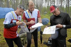 Nils-Olof Bodin, Per-Åke Hull och Mats Hastad analyserar sina vägval efter målgången vid orienteringstävlingen i Blåberga utanför Halslberg i går.