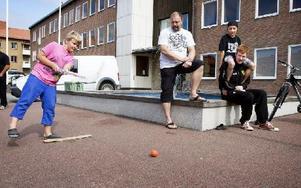 Nja, det gick sådär för Filip Karlsson att pricka rätt med  bandybollen vid Vasatorget. Foto: Peter Ohlsson/DT